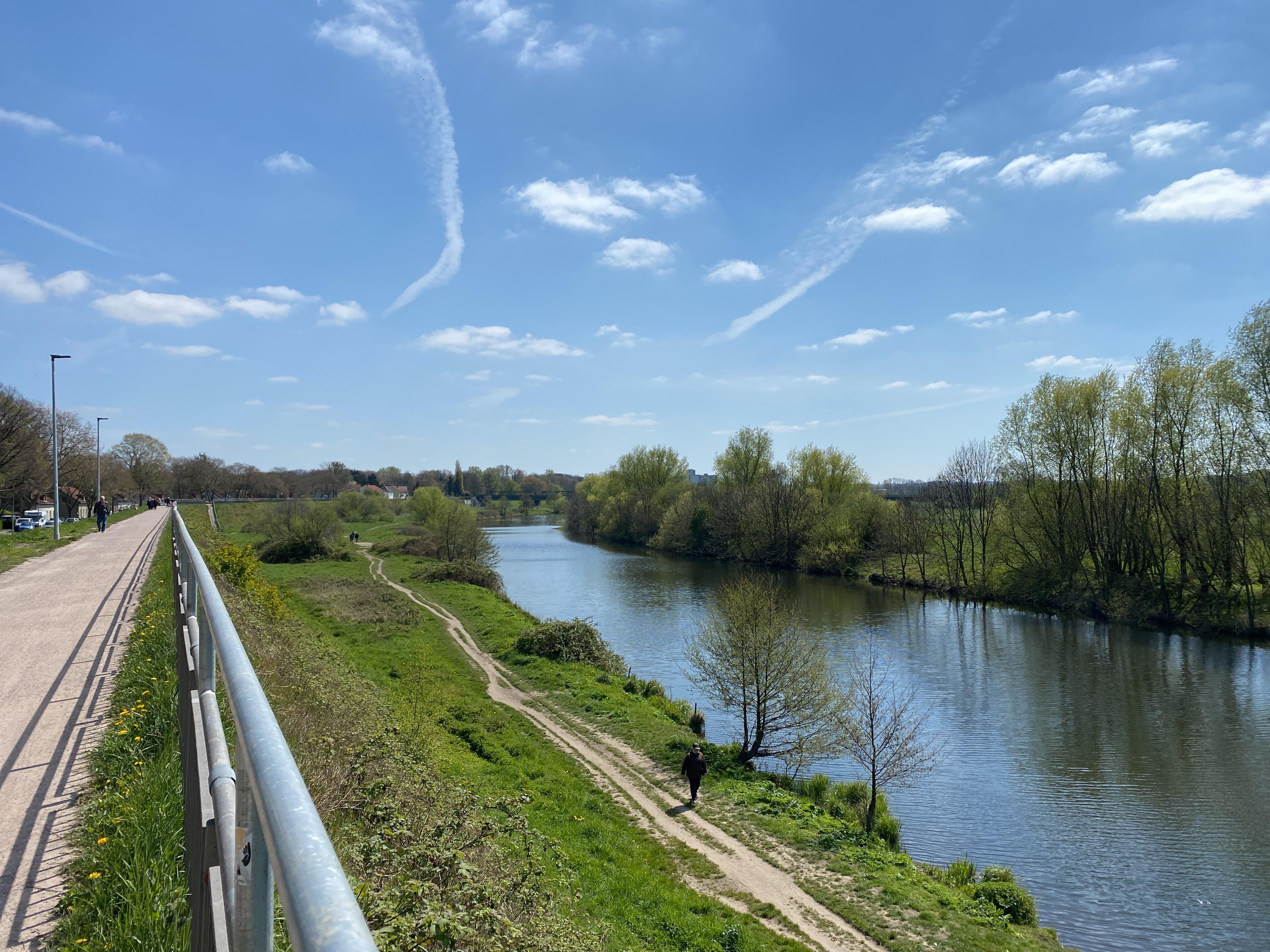 Durch Flussauen und ein Autobahnkreuz